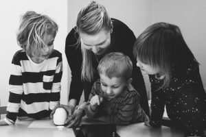 children-family-indoors-1028009